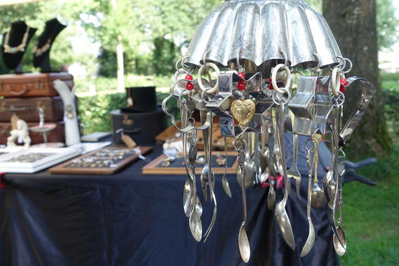 Windgongs en sieraden gemaakt van oude sieraden door Caroline Laurense van Recycled Jewels